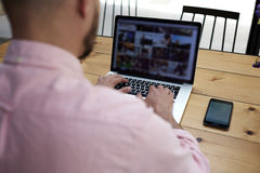 Ungt säkert huvud av avdelningssammanträdet i kontoret av bärbara datorn arkivfoto