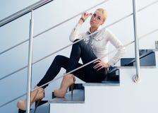 Ungt sammanträde för affärsmodekvinna på trappa fotografering för bildbyråer