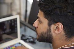 Ungt sammanträde för Blogger för affärsman på bärbara datorn, smartphone Stude royaltyfri bild