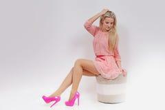 Ungt sexigt blont i rosa färgklänning studio Royaltyfria Bilder
