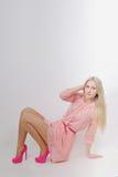 Ungt sexigt blont i rosa färgklänning studio Vertikalt foto Arkivfoto