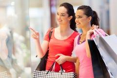 Ungt shoppa för kvinnor Arkivfoton