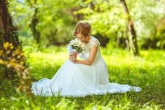Ungt sinnligt brudsammanträde i en sommar fotografering för bildbyråer