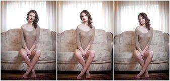 Ungt sinnligt kvinnasammanträde på att koppla av för soffa Härlig lång hårflicka med bekväm kläder som dagdrömmer på soffan, bara Arkivbild