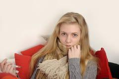 Ungt sjuk kvinnligt kontrollera henne förkroppsligar temperatu Royaltyfri Bild