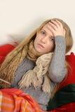 Ungt sjuk kvinnligt kontrollera henne förkroppsligar temperatu Royaltyfri Fotografi