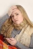 Ungt sjuk kvinnligt kontrollera henne förkroppsligar temperatu Arkivfoton