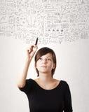 Ungt skissa för kvinna och beräknande tankar arkivbild