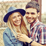 Ungt skratta förälskat utomhus- för par Royaltyfria Bilder
