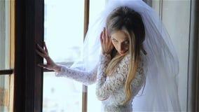 Ungt som att gifta sig precis flickan på fönstret lager videofilmer