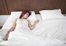 Ungt sova för kvinna Fotografering för Bildbyråer