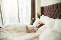 Ungt sova för kvinna Arkivfoto