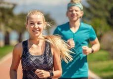 Ungt sportigt folk på att jogga Arkivfoto