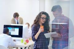 Ungt startup affärsfolk, par som arbetar på minnestavladatoren Royaltyfri Foto
