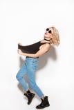 Ungt stilfullt och lyckligt posera för flicka arkivfoto