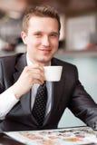 Dricka kaffe för ung stilig affärsman royaltyfri fotografi