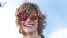 Ungt stiligt le för man som är utomhus- på himmelbakgrund arkivfilmer