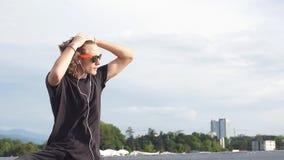 Ungt stiligt le för man som är utomhus- på himmelbakgrund lager videofilmer