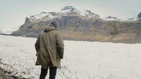Ungt stiligt mananseende på berget och se på glaciärer i den Vatnajokull islagun i Island lager videofilmer