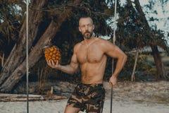 Ungt stiligt mananseende på trägungan royaltyfri fotografi