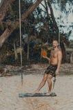 Ungt stiligt mananseende på trägungan royaltyfri foto