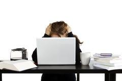 Ungt stressat ut kvinnasammanträde på att studera för skrivbord Royaltyfria Foton