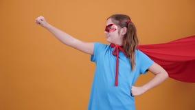 Ungt superheroflyg som hjälper de i behov stock video