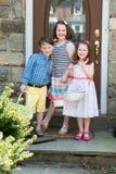 Ungt syskon utanför uppklädden för hållande korgar för påsk Arkivfoton