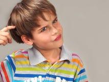 Ungt tänka för pojke fotografering för bildbyråer