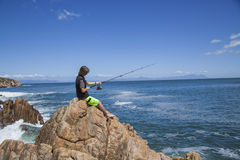 Ungt tonårs- pojkefiske vid havet Royaltyfria Bilder
