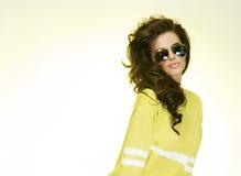 Ungt trendigt posera för brunettskönhet. Arkivfoton