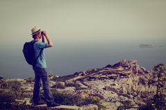 Ungt turist- fotvandra i berg Royaltyfri Fotografi