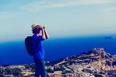 Ungt turist- fotvandra i berg, loppbegrepp Royaltyfria Foton