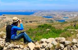 Ungt turist- fotvandra i scenisk natur Arkivfoton