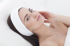 Ungvrouw in schoonheidsspecialist die het gezichts schoonmaken hebben Royalty-vrije Stock Foto's
