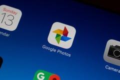 Unha do polegar/logotipo da aplicação das fotos de Google em um ar do ipad Fotografia de Stock Royalty Free