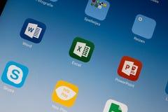 Unha do polegar/logotipo da aplicação de Excel/palavra/PowerPoint em um ar do iPad fotos de stock