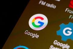 Unha do polegar/logotipo da aplicação de Google em um smartphone do androide Imagem de Stock Royalty Free
