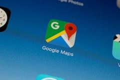 Unha do polegar/logotipo da aplicação de Google Maps em um ar do iPad Foto de Stock Royalty Free