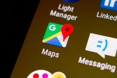 Unha do polegar/logotipo da aplicação de Google Maps em um smartphone do androide Fotografia de Stock