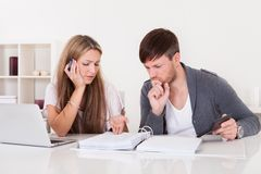 Unhappy young couple in financial trouble Royalty Free Stock Photos