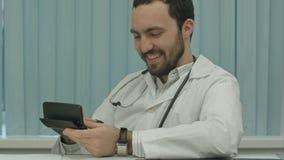 Unheimlicher bärtiger Doktor mit einem Taschenrechner stock video