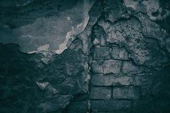 Unheimlicher Hintergrund des Schwarzen alterte Backsteinmauer mit gefallen weg von Winkel des Leistungshebels Stockfotos