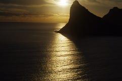 Unheimlicher Sonnenuntergang, der Streifen des Lichtes über Ozean zeigt stockfoto