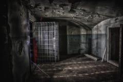 Unheimlicher und gruseliger Innenraum der verlassenen und faulen Nervenklinik stockfotos