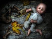 Unheimliches Bild einer verlassenen Puppe. Stockbild