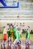 A UNIÃO e a equipe indeterminada jogam o basquetebol foto de stock