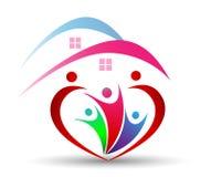 A união e o amor da família em um coração dão forma ao logotipo no backgrouund branco Imagens de Stock Royalty Free