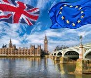 União Europeia e voo britânico da bandeira de união contra Big Ben em Londres, em Inglaterra, em Reino Unido, em estada ou em lic fotos de stock