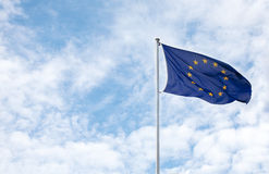 Unión europea de la bandera contra el cielo azul Fotografía de archivo libre de regalías